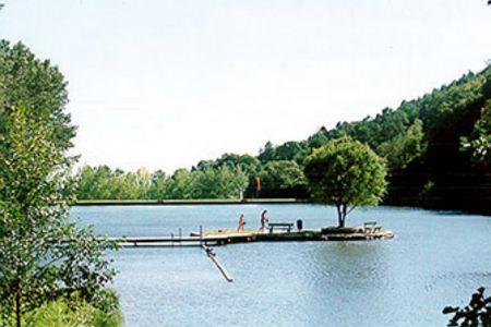 Sonniger Tag am See, Kinder laufen und wollen ins Wasser springen