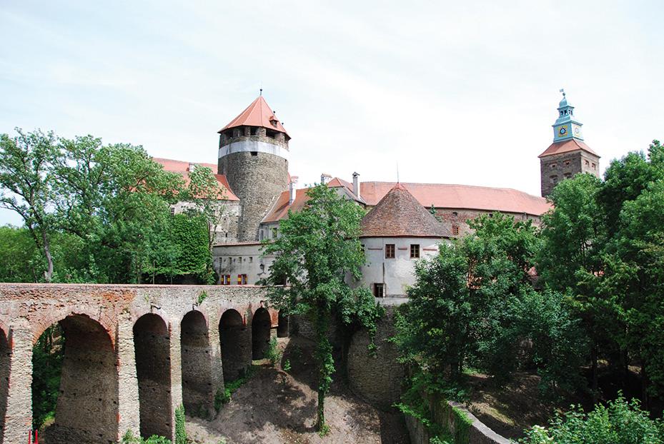 Burg von außen, Brücke aus Stein