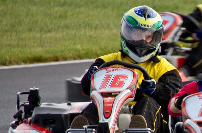 Ein Mann im Go Cart mit Helm
