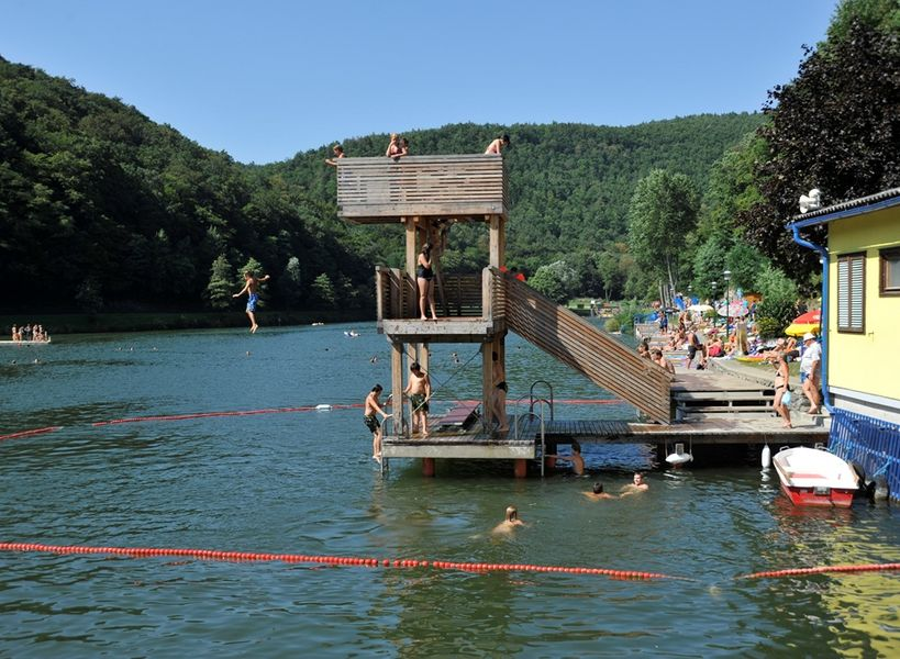 See in Rechnitz, Kinder am Springturm, blauer Himmel, Kinder springen ins Wasser